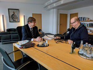 Helmholtz-Präsident Otmar Wiestler im Gespräch mit Holger Klein (rechts)